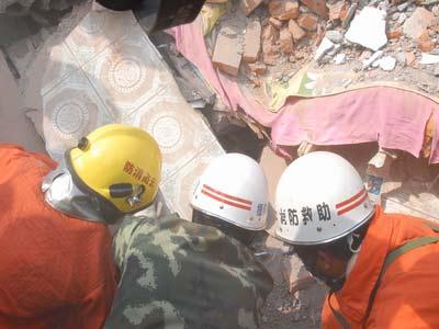 云南消防成功解救一名被困164小时幸存者(图)