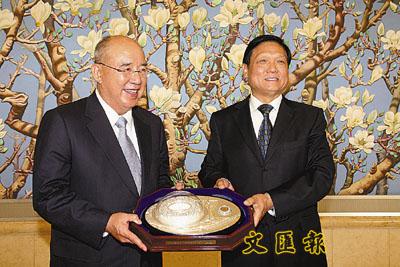 吴伯雄称刘淇是全世界最忙的人