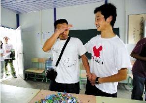 北川中学班主任与该班唯一幸存学生重逢