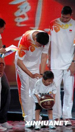 中国男篮为灾区儿童上课谈团队精神