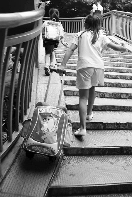 小学生书包太重背不动