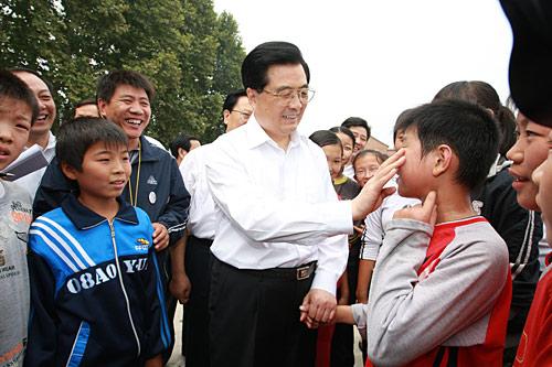 胡锦涛在河南看望学校师生为学生擦汗(图)
