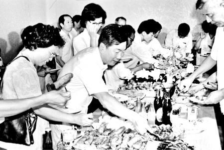 组图:1987年福州出现自助餐厅