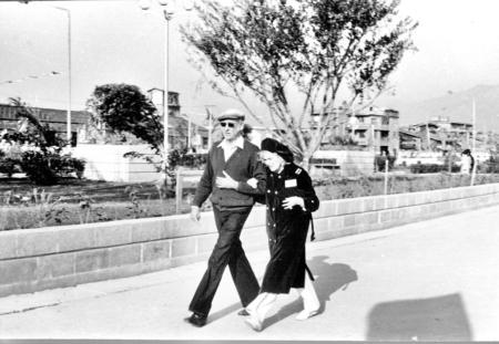 图文:1984年街头挽着手的外国游客