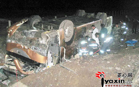 新疆客车在呼图壁县翻下高速路3死14伤(图)
