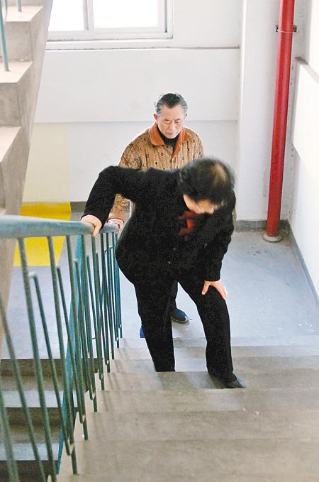 七旬老人住11层每天爬楼吃不消图片