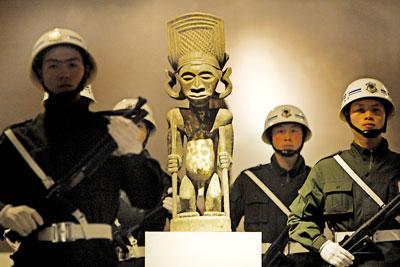 重庆展出非洲千年国王像木雕(图)
