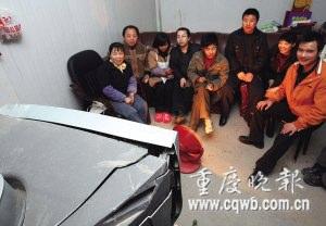 北川地震幸存者用废墟挖出电视看春晚(图)