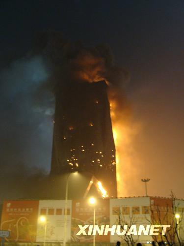 央视新址着火楼内是否有人目前无法得知(组图)