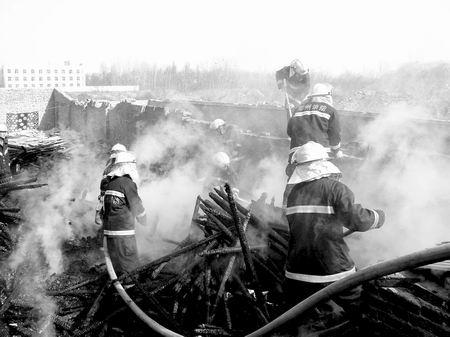 昨天,中州大道附近一私人小型木材加工厂突起大火,着火面积150多平方