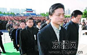 央视主持人崔永元等人参加张建勇烈士追悼会