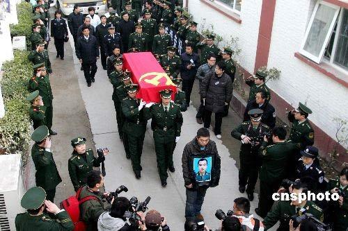 央视火灾牺牲消防员遗体告别仪式举行