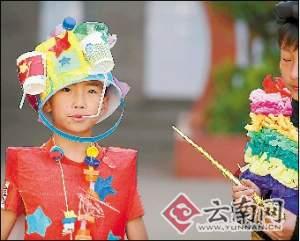 """昨天,昆明市五华区春城小学校园内上演了一场""""阵容强大""""的时装秀.图片"""