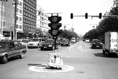 山东济宁金乡儒雅中心-道路安全畅通,济宁交警部门专门购置了4个太阳能信号灯.图为29日