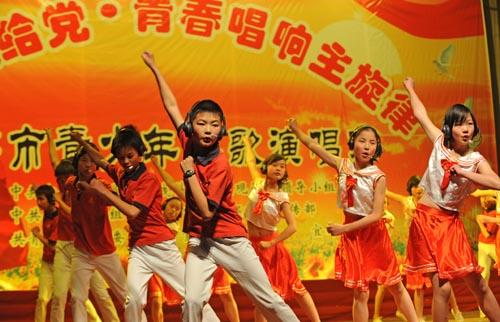 宜都4万青少年唱响红色经典歌曲(组图)_新闻中