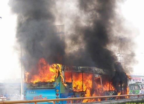 成都北三环附近公交车发生燃烧(组图)