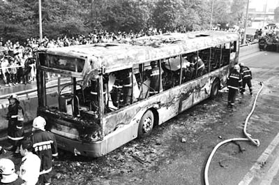 成都公交车燃烧事故亲历者:3个人同时卡在车窗