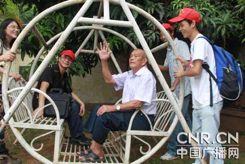 喜迎国庆中秋厦门志愿者为孤寡老人送月饼