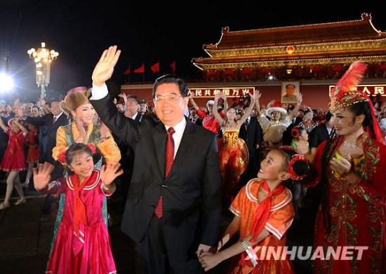 胡锦涛等国家领导人与民众共跳拉手舞(图)