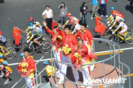 刘翔等运动员在彩车上向人们挥手(组图)