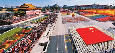 仪仗队高擎国庆游行历史上最大的五星红旗通过天安门广场 新华社发图片