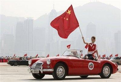 香港万人巡游庆祝国庆刘德华持国旗(组图)