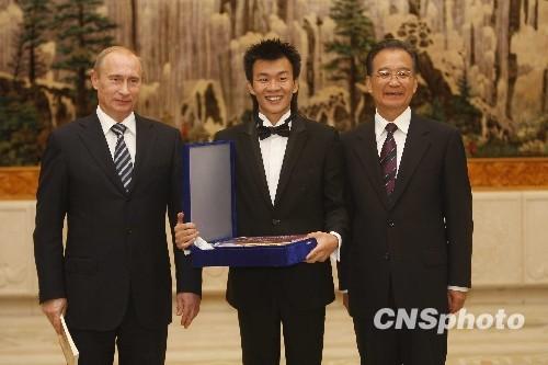中俄总理出席建交60周年大会暨俄语年闭幕式