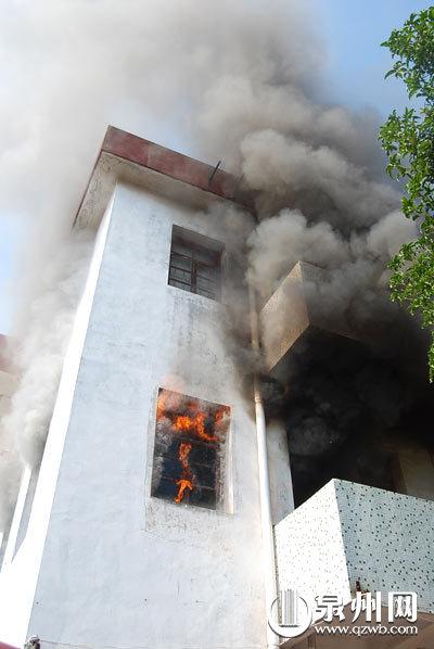 惠安:宿舍楼着火母子被困 消防奋力灭火救人