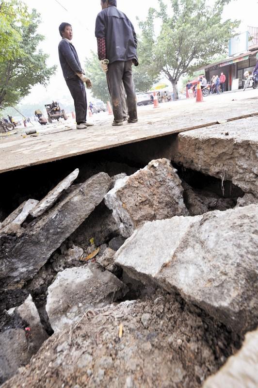 工地底下水管脱节路面塌陷三十平方米或有3米深