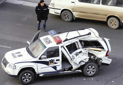 恶意撞人数十辆警车拦截(图)