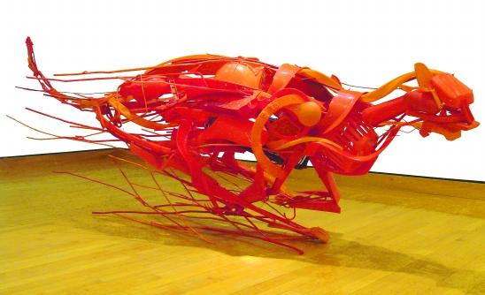 日本艺术家创作环保雕塑   废物变动物再获新生   日本艺术家Sayaka Ganz收集人们废弃的日常生活用具作为雕塑的主要材料,创作出各种栩栩如生的动物形态。这些材料包括被丢弃的塑料餐具、玩具和其他东西之间的金属件。她将形状各异的废弃物绑到一个个动物形象的线框里。   CFP供图