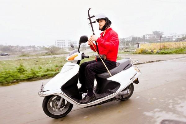 漳浦:疾驶的表情上他脱把拉摩托二胡包葵花宝典的图片