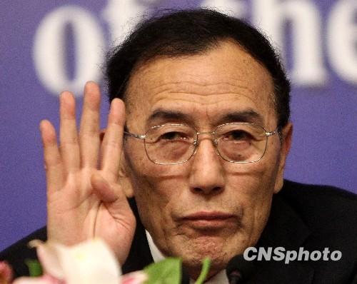 西藏高层耳语引摄影记者纷纷按动快门