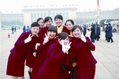 武汉女大学生当上两会礼仪员(图)