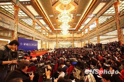 总理:香港将按基本法规定循序渐进发展民主政治