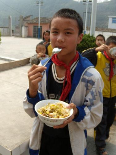 直击西南旱灾九:寄宿生一周才能吃一次青菜和肉