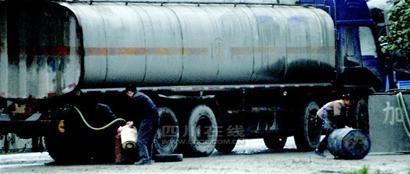 6辆油罐车 天天排队送上门图片