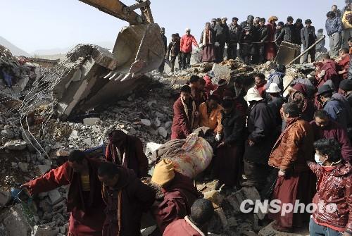 青海玉树近200名藏传佛教僧人搜救幸存者