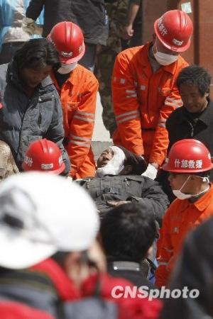 青海玉树地震:各方救援行动继续展开(组图)