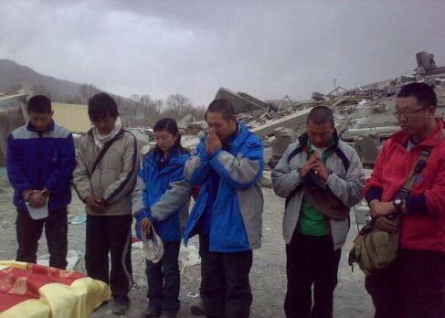 壹基金创始人李连杰探访玉树震区受损孤儿院