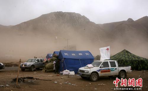 青海玉树天气反复多变部分救援道路结冰