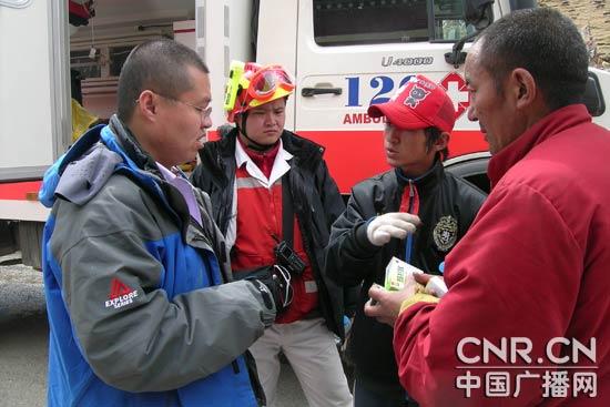 北京急救中心队员到玉树灾民家和庙宇巡诊