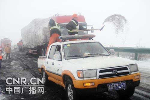 交通部加大力度战风雪灾区主干道基本畅通