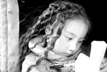 震区特写:藏族女孩昂文拉措担心9月能否开课