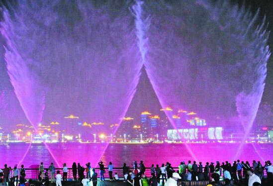 记者盘点夜间游园看点:赏夜景首选世博文化中心