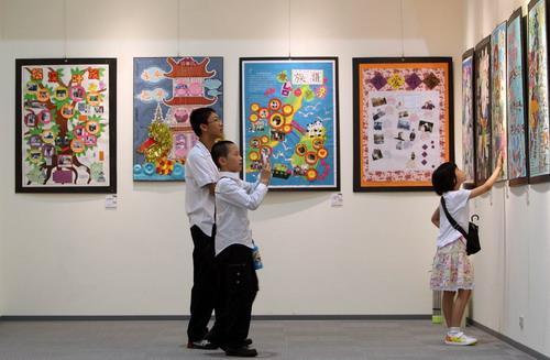 两岸学生通过创意族谱了解家族故事,也交流创意.