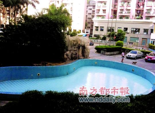 天气炎热 泳池闲置 居民抱怨公共设施荒废,管理处称泳池并非小区配套设施
