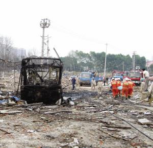 南京爆炸工厂周围除人声外仅余清扫玻璃声音