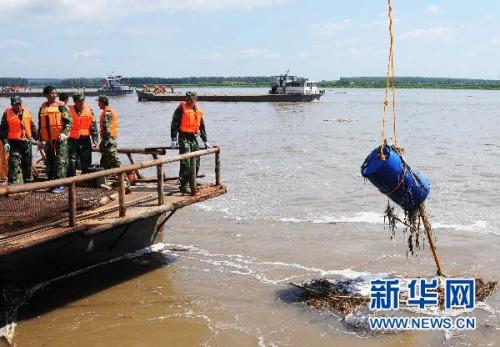 7月29日,救援人员在吉林省榆树市五棵树码头进行打捞.