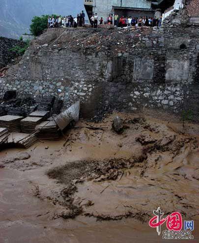 舟曲县城因泥石流通讯受损大量电话无法接通